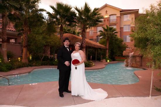 Garden pool sode wedding picture of hilton garden inn for Garden pool wedding