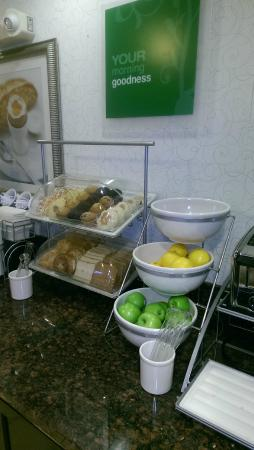 Comfort Suites Bloomsburg: English muffins and great fresh fruits