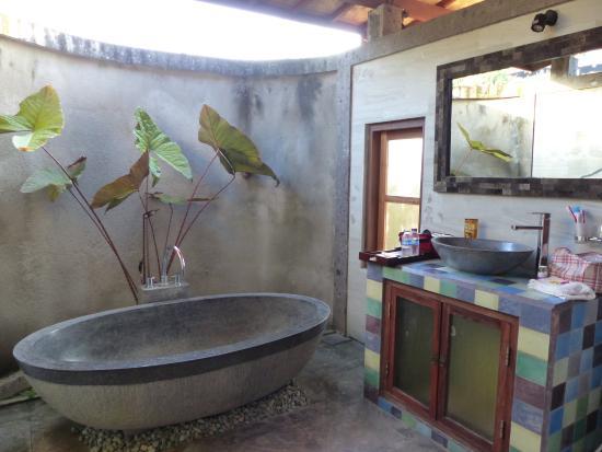 Sawah Indah Villa: salle de bain extérieure