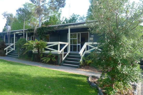 Creel Lodge Motel: Vue sur les appartement (ici suite familiale 2 chambres)