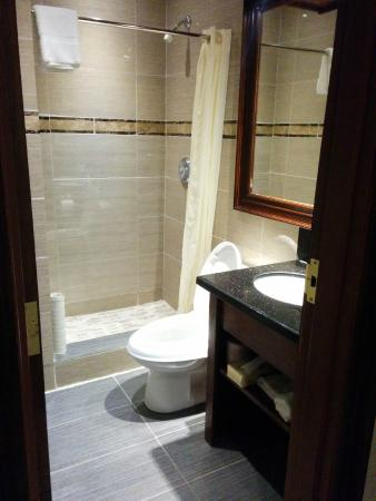 Woodbine Hotel & Suites: Small but functional bathroom