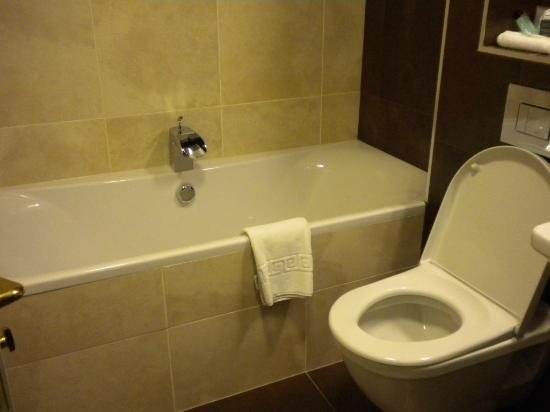 Kveldsro House: Bathroom