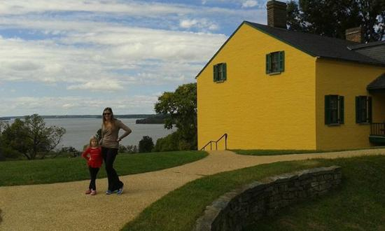 Fort Washington Park: Standing in front of the museum/gift shop