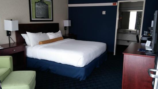 Cavalier Inn at the University of Virginia: bedroom
