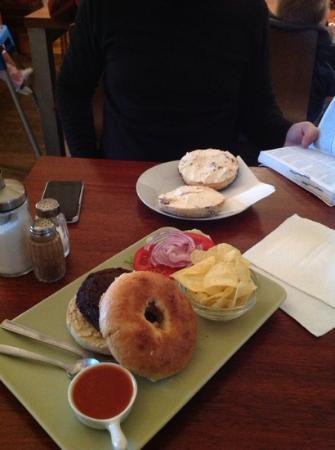 Bagelmama: Bagel queso + bagel falafel