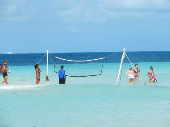 Dreams Sands Cancun Resort & Spa: beach volleyball