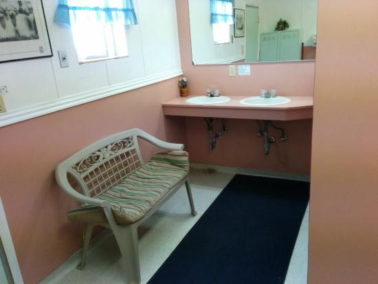 Red Ledge RV Park & Campground: Bathrooms are clean and spacious