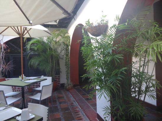 Hotel Puertas de Cartagena: Pátio interno e  restaurante do café da manhã.