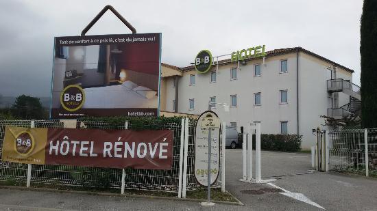 B&B Hôtel Montelimar : Rénové, oui, mais en quelle année ? Les fenêtres ne ferment pas bien il fait froid quand le vent