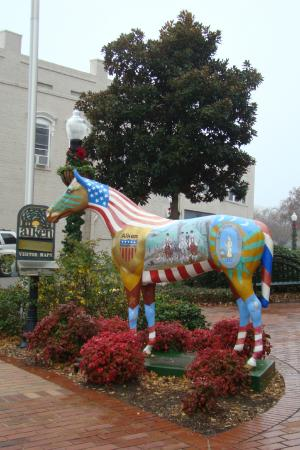Carriage House Inn: Horse Statue - Symbolic of Aiken