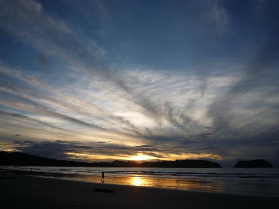 Las Mariposas: Wunderschöner Sonnenaufgang am Strand von Samara