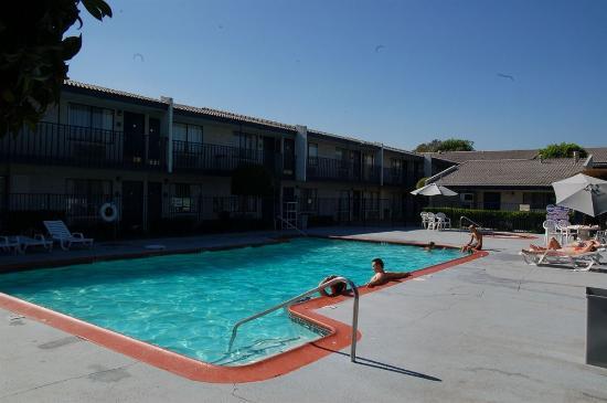 The Buena Park Hotel & Suites : area interna do hotel