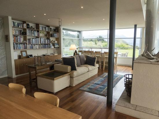 Whare Kea Lodge & Chalet: Lounge area from dining area