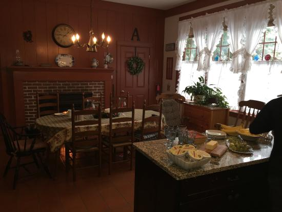 Elizabeth Rose House: Breakfast kitchen area