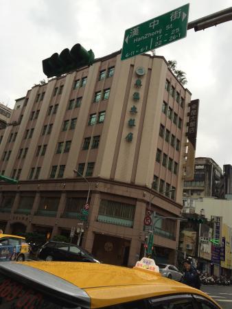 East Dragon Hotel: 目立ちます。(建物)