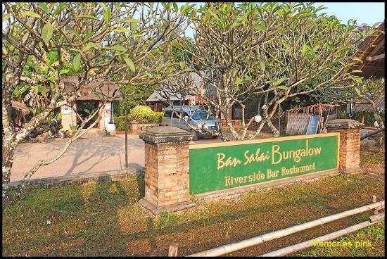 Ban Sabai Riverside Bungalow: ด้านหน้าโรงแรม