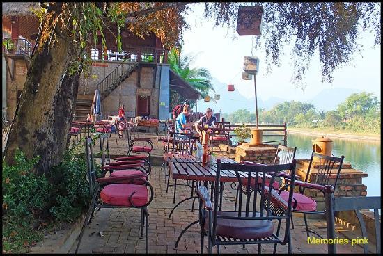 Ban Sabai Riverside Bungalow: บริเวณรับประทานอาหาร