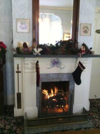 Gosby House Inn - A Four Sisters Inn: Fireplace in the living room
