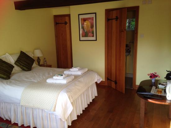Wisteria Cottage B&B : interior of room