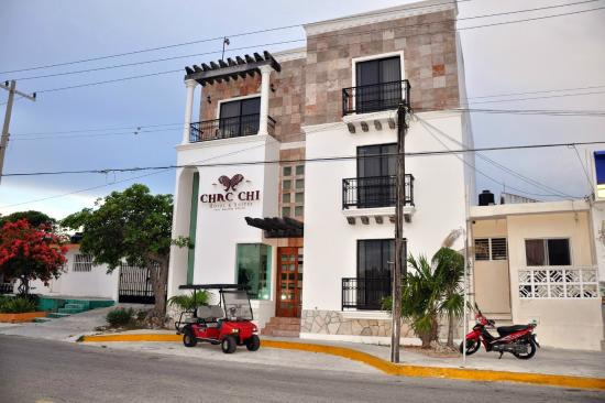 Chac Chi Hotel & Suites : View across the street