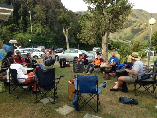 Cable Bay Holiday Park: Plenty of room for us around the brazier
