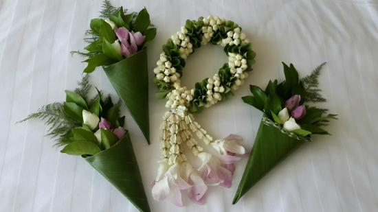 Royal Wing Suites & Spa: Welcome garland and night time flowers (Thai style)