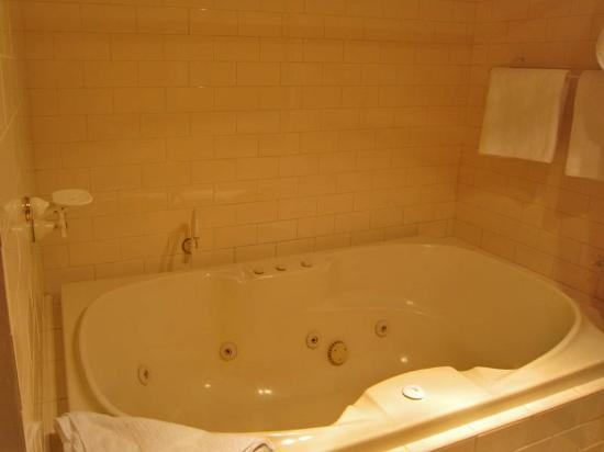 Forte Leeuwin Apartments: Queen Suite Bathroom 1