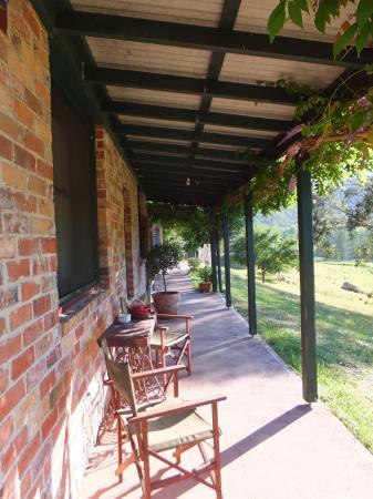 Cedar Creek Cottages & Wine: Goldsmith cottage porch