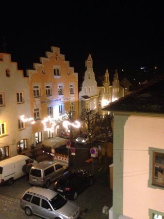 Gasthof Zur Post: Adventlicher Blick aus einem Hotelfenster