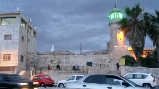 Mount of Olives Hotel: Capilla de la Ascensión al lado del Hotel
