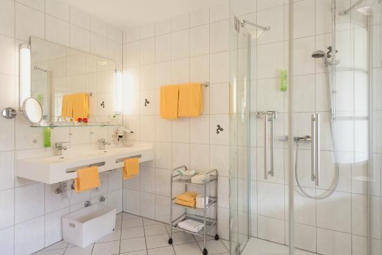 badezimmer beispiel bild von wellnesshotel auerhahn. Black Bedroom Furniture Sets. Home Design Ideas