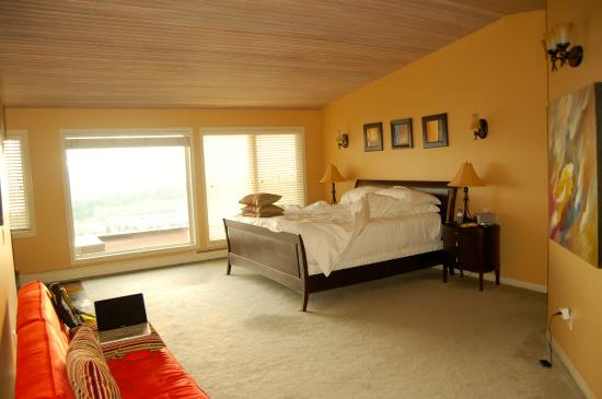 """A View of the Lake: Spacious room, comfortable bed..for those who are height challenged..ask Steve for """"step up""""stoo"""