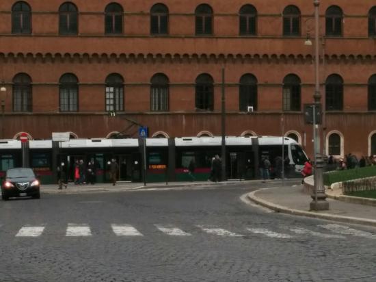 Palazzo Venezia: 去年はまだ工事中だったトラムがトラステヴェレから宮殿前まで乗って行けるようになった