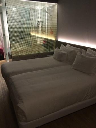 chambre avec salle de bain semi-ouverte - Picture of nhow Rotterdam ...