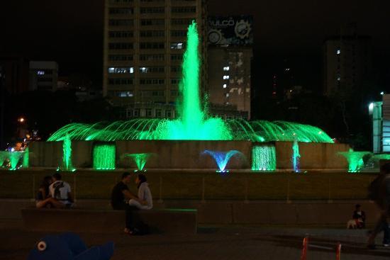 Plaza Venezuela en la noche