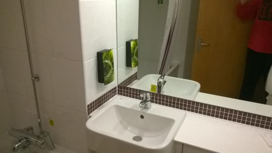 Premier Inn Stratford Upon Avon Central Hotel: BATHROOM SPOTLESS