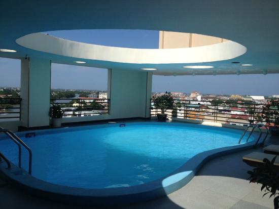 Ngoc Huong Hotel : Swimming pool on 8th floor, view of city