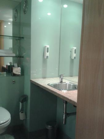 Station House Hotel Letterkenny: very clean shower room / toilet room