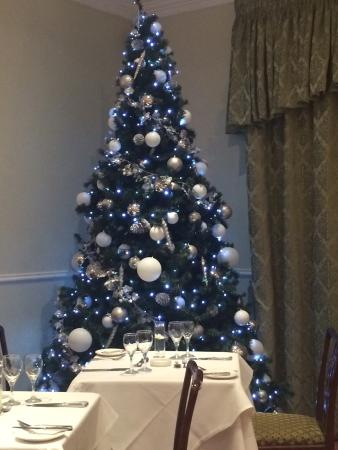 Whittlebury Hall: Beautiful Christmas tree in the restaurant