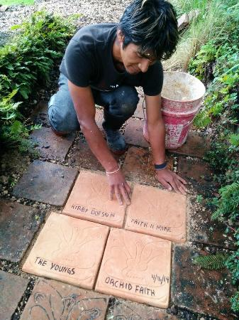 Orquideas Moxviquil : Bolom placing tiles for donors