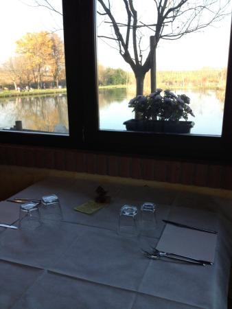 Il laghetto fa da sfondo alla sala pranzo
