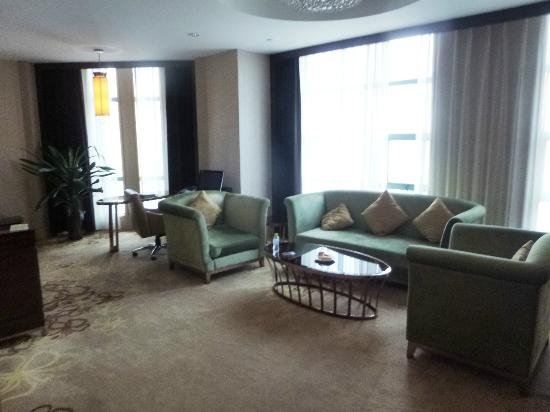 Grand Soluxe Intl Hotel: The living room of the one bedroom suite