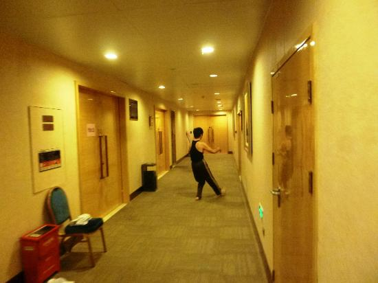 Grand Soluxe Intl Hotel: Tai Chi in the corridors