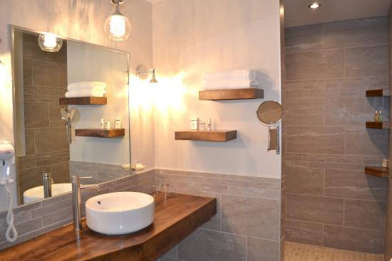 Salle de bain suite d tente photo de hostellerie baie for Salle de detente