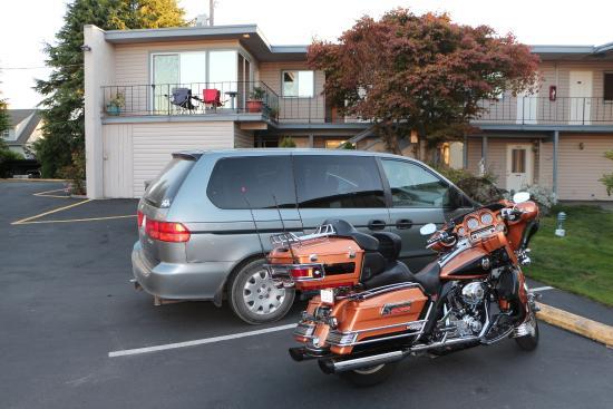 Riviera Inn Motel: La mia camera con baloncino e due sedie