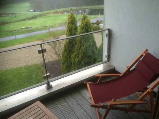 Angel's - das Hotel am Golfpark: Sonnenliege mit Zimmersicht
