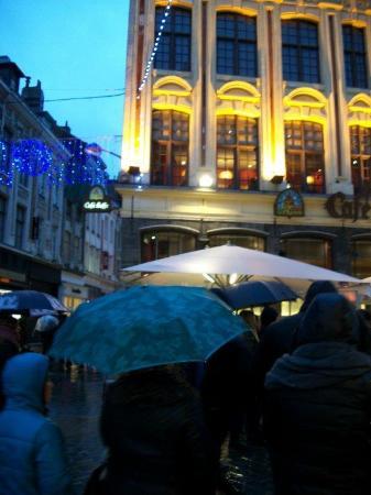 Sympa, en cas de pluie, les gens s'abritent sous le parasol ...