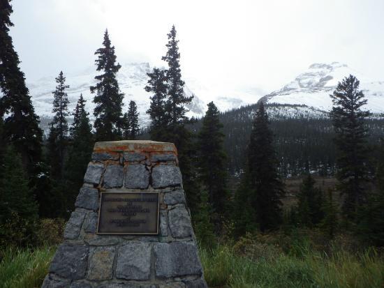 Sunwapta Pass: 峠の石碑