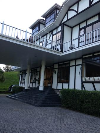 Hamurana Lodge: View of front of hotel