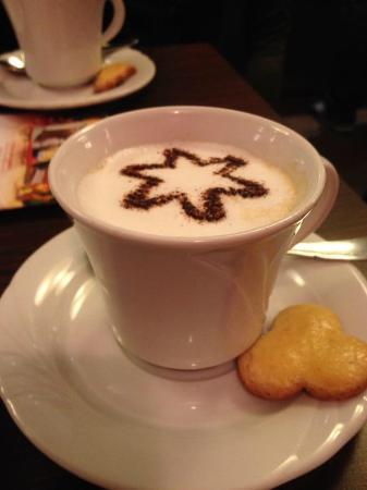 Peche Mignon : Cappuccino mit Mailänderli-Kecks